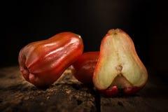 Manzana de Rose en la madera oscuro noche Imagen de archivo