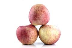 Manzana de tres rojos en el fondo blanco. Foto de archivo