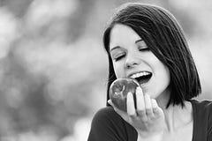 Manzana del rojo de la mujer joven del retrato Fotografía de archivo libre de regalías