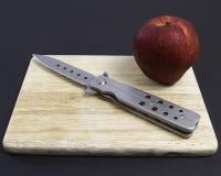 Manzana del rojo del cuchillo Foto de archivo