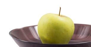 manzana en una placa negra Fotos de archivo