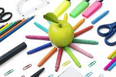 Manzana fresca con las fuentes de escuela foto de archivo
