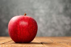Manzana fresca con las paradas de los goteos en la tabla de madera con el espacio de la copia imagen de archivo libre de regalías