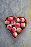 Manzana fresca del verano rojo en cesta de la forma del corazón Imagen de archivo libre de regalías