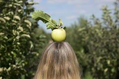 Manzana fresca encima del woman& rubio x27; cabeza de s Fotografía de archivo libre de regalías