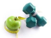 Manzana fresca y pesas de gimnasia Fotografía de archivo