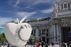 Manzana grande en la estaci?n central de Mil?n Trabajo de Michelangelo Pistole foto de archivo