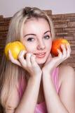 Manzana hermosa de la explotación agrícola de la muchacha imagen de archivo libre de regalías
