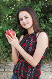 Manzana hermosa de la explotación agrícola de la muchacha Imagenes de archivo