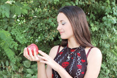 Manzana hermosa de la explotación agrícola de la muchacha Imagen de archivo