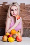 Manzana hermosa de la explotación agrícola de la muchacha Salud, deporte, verano imagen de archivo libre de regalías