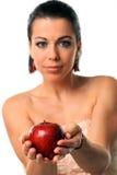 Manzana hermosa de la explotación agrícola de la mujer joven Fotografía de archivo
