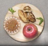 Manzana madura, atasco, empanadas con el atasco Fotos de archivo libres de regalías