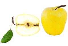 Manzana madura, jugosa, dulce, amarilla con una hoja verde Foto de archivo