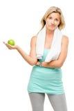 Manzana madura sana del verde del ejercicio de la mujer aislada en la parte posterior del blanco Fotografía de archivo