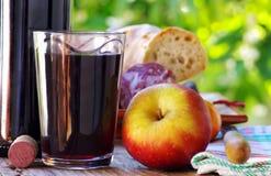 Manzana madura y vino rojo Foto de archivo libre de regalías