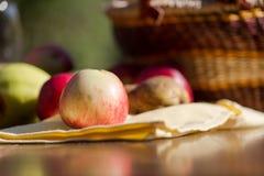 Manzana manual a dedo Fotos de archivo