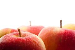 Manzana mojada roja con la gotita grande Foto de archivo