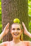 Manzana que lleva en la cabeza Fotografía de archivo libre de regalías