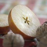 Manzana rebanada con el centro de la estrella de las pipas imagenes de archivo
