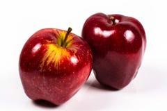 Manzana red delicious dos en un fondo blanco Foto de archivo libre de regalías