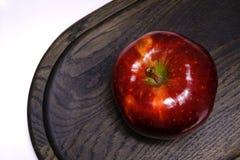 Manzana redonda madura y brillante Imágenes de archivo libres de regalías