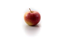 Manzana roja aislada en un fondo blanco Fotos de archivo libres de regalías