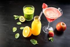 Manzana roja anaranjada del vegano del smoothie de la selección vegetariana verde del jugo fotografía de archivo