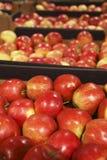 Manzana roja apetitosa en tienda de comestibles grande Imagenes de archivo