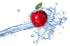 Manzana roja con el chapoteo de la hoja y del agua Imágenes de archivo libres de regalías