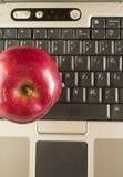 Manzana roja con el ordenador Fotografía de archivo libre de regalías