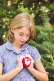 Manzana roja con forma del corazón Foto de archivo libre de regalías