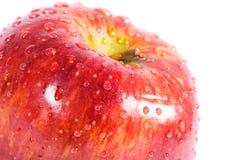 Manzana roja con gotas del agua Foto de archivo libre de regalías