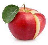 Manzana roja con la hoja verde y corte en blanco foto de archivo