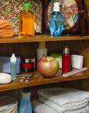 Manzana roja con los cosméticos Fotos de archivo libres de regalías