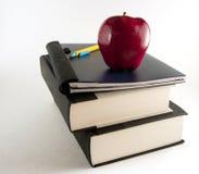 Manzana roja con los libros Fotos de archivo libres de regalías