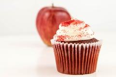 Manzana roja contra la magdalena roja del terciopelo Foto de archivo libre de regalías