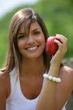 Manzana roja de la consumición adolescente Fotos de archivo