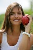 Manzana roja de la consumición adolescente Foto de archivo libre de regalías