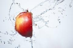 Manzana roja de la fractura fresca subacuática Imagen de archivo libre de regalías