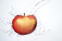 Manzana roja de la fractura fresca subacuática Imágenes de archivo libres de regalías