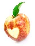 Manzana roja deliciosa con el recorte del corazón foto de archivo
