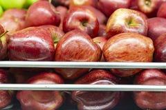 manzana roja en el estante del mercado estupendo, exhibido en venta foto de archivo