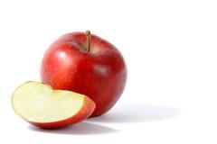 Manzana roja en el fondo blanco Fotos de archivo libres de regalías