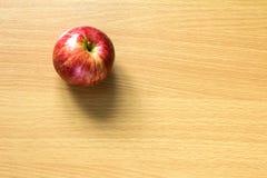 Manzana roja en el fondo de madera Imágenes de archivo libres de regalías