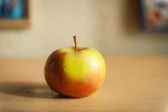 Manzana roja en el tablero Foto de archivo