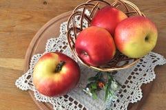 Manzana roja en el vector Imágenes de archivo libres de regalías