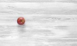 Manzana roja en fondo de madera blanco y negro Fotos de archivo