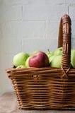 Manzana roja en la cesta de manzanas verdes (cosechadas) Imagen de archivo