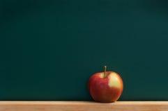 Manzana roja en la pizarra Imagen de archivo libre de regalías